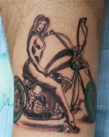 בחורה על אופנוע