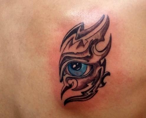 קעקוע עין כחולה על הגב