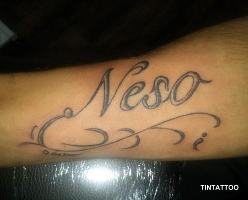 קעקוע כתב על הזרוע neso