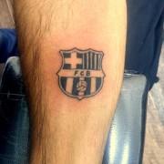קעקוע סמל קבוצת ברצלונה בכדוררגל על היד