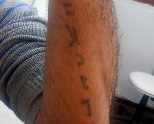 הכתב לפני הנוצה על הזרוע