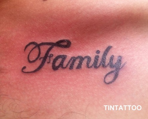 family המילה מקועקעת על החזה