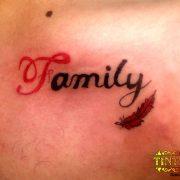 קעקוע המילה family אות ראשונה באדום עם נוצה