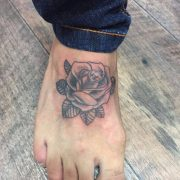 קעקוע ורד בשחור לבן על כף רגל שמאל