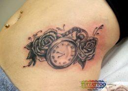 קעקוע של שעון כיס וורדים על הבטן