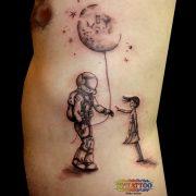 קעקוע אסטרונאוט מוריד את הירח לבת שלו