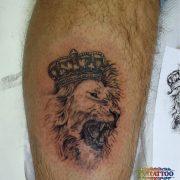 קעקוע אריה עם כתר על השוק