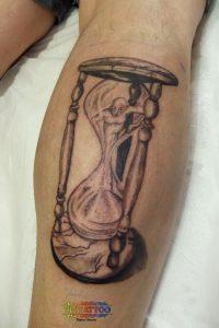 קעקוע דמות בתוך שעון חול