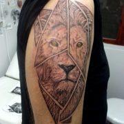 קעקוע אריה מחולק למשולשים