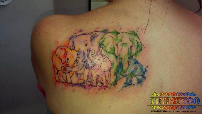 קעקוע משפחתי עדר פילים צבעוני על השכם